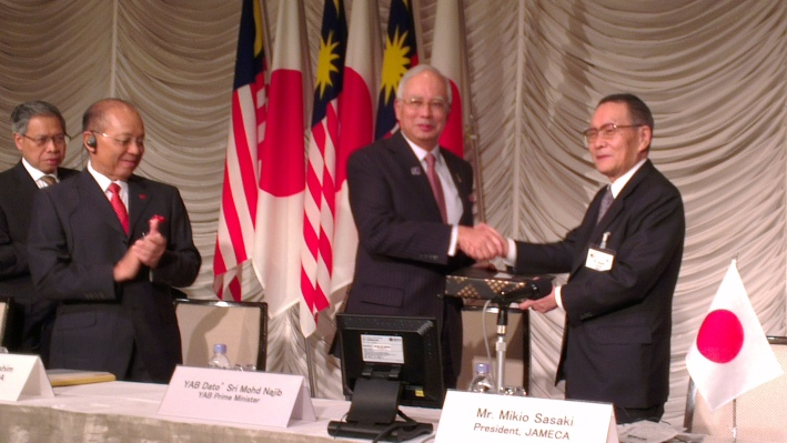 Mr Sasaki presenting a gift to the Prime Minister of Malaysia.